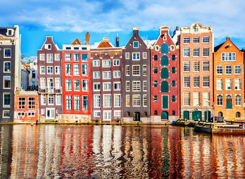Bức tường tái hiện những ngôi nhà xinh xắn đầy màu sắc trên con kênh đào nổi tiếng tại Amsterdam.