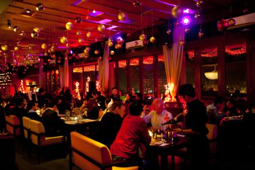 The Rooftop là lựa chọn của giới doanh nhân, nghệ sĩ Hà Nội nhiều năm qua vì sở hữu không gian sang trọng và ẩm thực độc đáo. Nơi đây cũng là một trong những địa điểm giải trí nhất định phải ghé qua nếu muốn thưởng thức trọn vẹn Hà Nội dành cho du khách do tạp chí Travel & Leisure (Singapore) bình chọn.