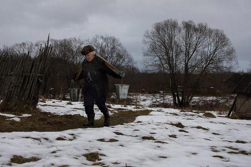 Ngôi nhà mà Lyudmila sống có tuổi đời 130 năm và không có hệ thống cung cấp nước, do vậy hàng ngày bà phải đi gánh nước từ một con suối gần đó.