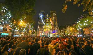 Khách Việt giải thích lý do ra đường đêm Noel