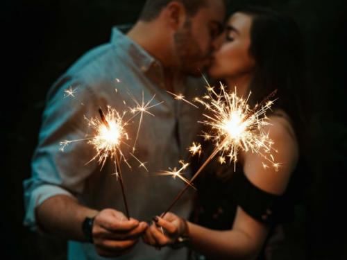 Hôn nhau trong đêm Giao thừa là truyền thống lâu đời ở nhiều quốc gia châu Âu. Ảnh: BI.