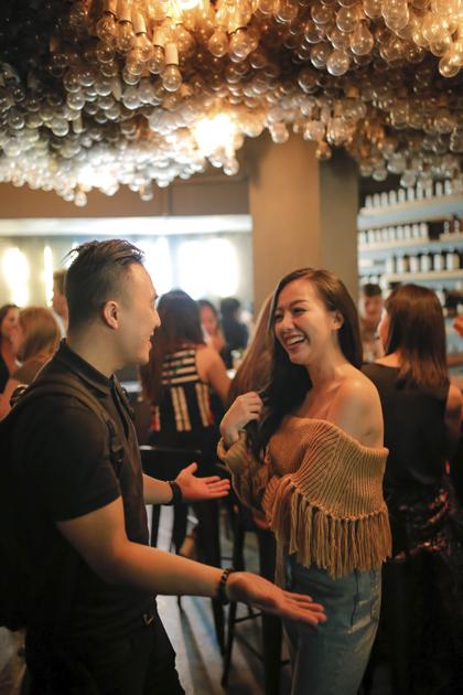 Băng Di và Justin: Thưởng thức những món cocktail độc đáo tại các quán bar tốt nhất thế giới.Nếu bạn thích thưởng thức cocktail, những quán bar tốt nhất thế giới tại Singapore sẽ đem đến cho bạn nhiều loại cocktail vô cùng độc và lạ, Băng Di hào hứng chia sẻ.Khởi đầu hành trình, Băng Di và Justin đã ghé thăm Operation Dagger  quán bar xếp vị trí 28 trong danh sách 50 Quán Bar Tốt Nhất Thế Giới 2018. Ẩn mình dưới lòng đất tại khu Club Street nhộn nhịp, Operation Dagger từ lâu đã nổi danh bởi lối thiết kế vô cùng độc đáo. Trong đó, đặc biệt nhất có thể kể đến chính là phần trần của quán được trang trí với hàng ngàn bóng đèn, tạo cảm giác như những đám mây phát sáng trong cơn bão. Các bartender tại Operation Dagger khéo léo dùng lửa đốt cháy những cốc rơm để chế biến món Egg Cocktail trứ danh.