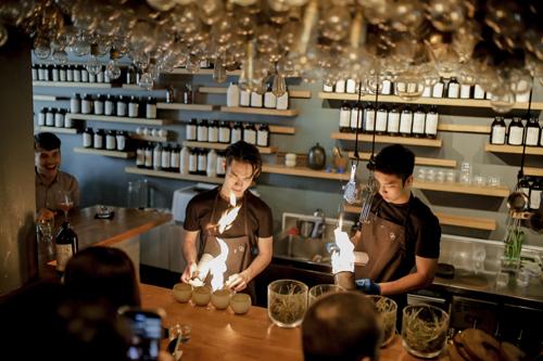 Bên cạnh thiết kế, quán bar này còn sở hữu những món cocktail sáng tạo mà bạn không thể tìm thấy ở bất kỳ nơi nào khác. Đã đến Operation Dagger thì nhất định phải thử Egg Cocktail. Sự hòa quyện của lòng đỏ trứng muối, rượu rum, vani và caramel ngọt ngào món cocktail này đã chinh phục vị giác khó tính của Justin (cười). Điểm đặc sắc trong cách chế biến của món này là cách bartender dùng lửa làm nóng lòng đỏ trứng trong cốc rơm để pha chế nên ly cocktail ngon và lạ miệng.