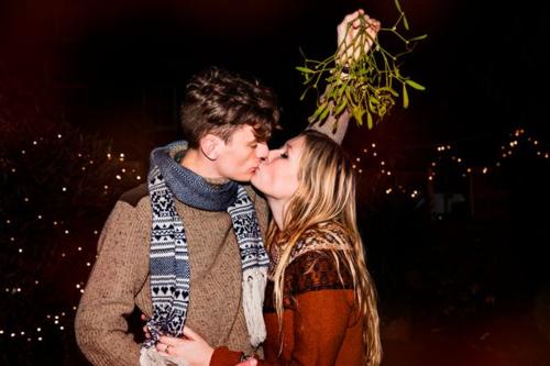 Hôn nhau dưới cây tầm gửi là một truyền thống trong giáng sinh. Ảnh: Top Images.