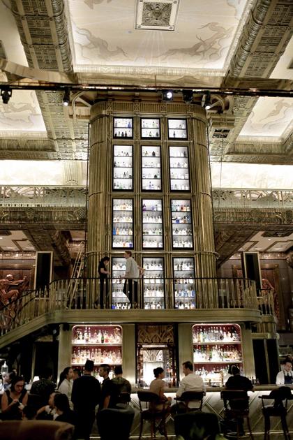 Điểm dừng chân thứ hai trong hành trình khám phá của Băng Di và Justin là Atlas  quán bar xếp hạng thứ 8 trong Danh sách 50 Quán Bar Tốt Nhất Thế Giới 2018. Tọa lạc tại Quảng trường Parkview (Parkview Square), Atlas sở hữu không gian tráng lệ với phong cách The Great Gatsby cùng tòa tháp trứ danh với bộ sưu tập 1.100 loại rượu gin thượng hạng và vẫn đang không ngừng tăng số lượng.