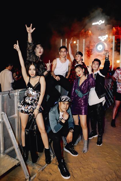 Tronie và Kay: Trải nghiệm tiệc tùng cực đỉnh trong mùa lễ hội tại Singapore.Là những tín đồ yêu thích giao lưu và tiệc tùng, Tronie và Kay đã dành trọn khoảng thời gian cuối năm cho những trải nghiệm âm nhạc cực đỉnh tại Singapore. Một trong những điểm đến ấn tượng nhất của cả hai chính là ZoukOut - bữa tiệc bãi biển ngoài trời lớn nhất châu Á. Hơn cả kỳ vọng, đại nhạc hội ZoukOut đã mang đến cho Tronie và Kay một đêm nhạc EDM hoành tráng với các DJ hàng đầu như Dimitri Vegas & Like Mike, Galantis, W & W, Nash D và nhiều DJ tài năng khác trong khu vực và quốc tế.Với Kay, ZoukOut 2018 là một đêm thực sự đáng nhớ. Dù đã 5 giờ sáng nhưng tất cả mọi người vẫn cháy hết mình trên nền nhạc EDM sôi động. Những màn trình diễn đỉnh cao, không gian âm nhạc cực chất, chủ đề viễn tưởng vô cùng sáng tạo là những dấu ấn đặc biệt khiến Kay không thể nào quên! Kay hào hứng chia sẻ.