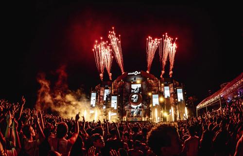 Với chủ đề The Interplanetary Voyage (Tạm dịch: Hành trình liên hành tinh), ZoukOut 2018 đã mang đến những trải nghiệm âm nhạc đỉnh cao cho hàng ngàn tín đồ âm nhạcTronie thì hào hứng chia sẻ về hàng loạt sự kiện sắp tới không thể bỏ lỡ ở Singapore dịp cuối năm như lễ hội đếm ngược chào đón năm mới Siloso Beach Party (31/12) với bữa tiệc hòa âm ánh sáng của Jay Hardway và DJ Martin Garrix; đến màn trình diễn pháo hoa đặc sắc tại Marina Bay Singapore Countdown (31/12). Đêm giao thừa tại Đảo quốc chắc chắn sẽ mang đến những trải nghiệm khó quên cho các fan ưa thích tiệc tùng.