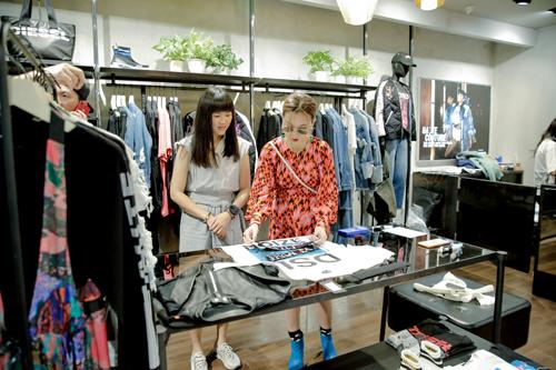 Kaylee Hwang: Đến Paragon để tìm kiếm những thương hiệu cao cấp hàng đầu, và đừng bỏ lỡ Dover Street Market với những bộ trang phục độc nhất vô nhị!Là một tín đồ thời trang, Kaylee Hwang luôn tìm kiếm những sản phẩm thời trang cá tính và độc đáo tại Singapore - địa điểm mua sắm sôi động bậc nhất Châu Á. Chia sẻ bí quyết mua sắm tại Đảo quốc Sư tử, Kaylee đặc biệt giới thiệu Paragon - Trung tâm Thương mại nổi tiếng với những thương hiệu cao cấp: Chỉ cần đến Paragon và bạn sẽ tìm thấy tất cả trang phục, phụ kiện thời trang cao cấp hiện đang được săn lùng trên toàn thế giới!Nếu Paragon là thiên đường hàng hiệu, Dover Street Market (DSM) lại trở thành điểm đến lý tưởng để Keylee thoải mái lựa chọn các mặt hàng thời trang độc quyền. Tọa lạc tại khu vực Dempsey Hill, DSM là cửa hàng duy nhất của thương hiệu này tại khu vực Đông Nam Á. Tích hợp 15 thương hiệu cao cấp nổi tiếng cùng những phụ kiện phiên bản giới hạn, và hàng loạt bộ sưu tập độc quyền với NikeLab hay Gucci, DSM khiến cô bạn Keylee mãn nhãn: Mua sắm tại nơi đây tựa như tham quan một triển lãm nghệ thuật. Không gian của DSM luôn tràn ngập màu sắc độc đáo giúp trải nghiệm mua sắm của Kaylee trở nên thú vị hơn rất nhiều.Mỗi điểm đến trên hành trình khám phá Singapore đều mang đến những trải nghiệm thú vị cho các tín đồ yêu thích giao lưu. Với hàng loạt những hoạt động đặc sắc, Singapore chính là lựa chọn tuyệt vời cho các bạn trẻ để thỏa sức chia sẻ niềm đam mê và chào đón một năm mới ấn tượng!