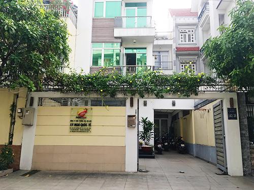 Trước cửa công ty làm visa cho đoàn 152 khách Việt mất tích ở Đài Loan sáng 27/12. Ảnh: P.V.