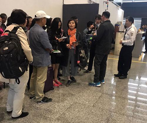 Đoàn khách Việt bị an ninh sân bay Đài Loan giữ lại để kiểm tra giấy tờ: Ảnh: Nguyễn Thị Yến.