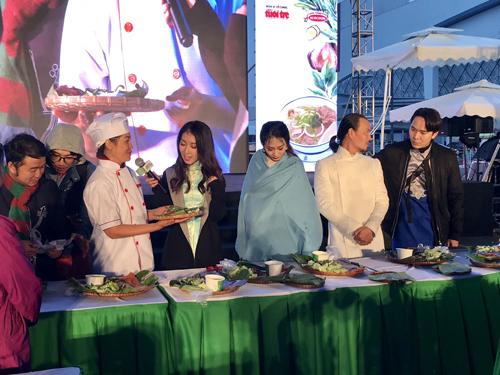Năm 2006, Acecook Việt Nam tiên phong trong sản xuất phở ăn liền, đưa món phở đi hàng chục quốc gia trên thế giới. Từ đây, phở đến tay người tiêu dùng đã tiện lợi, nhanh gọn hơn trong khâu chế biến và thưởng thức. Đâu đó, sợi phở và nước dùng đem lại những tô phở nóng hổi, giúp xoa dịu nỗi nhớ nhà cho những người con xa quê. Đồng thời sợi phở Việt cũng là nguyên liệu mới lạ, thú vị để người dân bản xứ có thể tạo ra những biến tấu hấp dẫn theo phong cách ẩm thực của từng quốc gia.