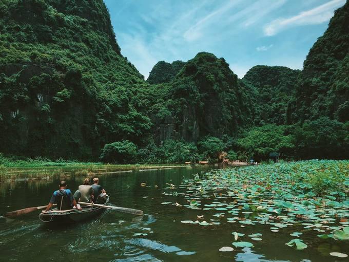 """<p class=""""Normal""""> Tại Ninh Bình, bạn có thể đi thuyền khám phá hệ thống hang động, nghỉ trưa ở những ngôi nhà mái lá mát mẻ và thưởng thức các món ăn bình dân. Ảnh: <em>Hoàng Tuấn Anh.</em></p>"""