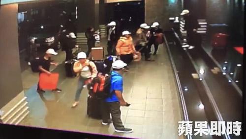 Hình ảnh cuả nhóm kháchđược trích xuất từ camera khách sạn Kaohsiung International Star, Cao Hùng. Ảnh: Apple Daily.