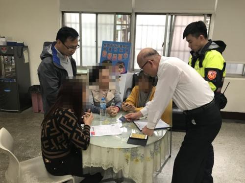 Các nữ du khách ra trình diện đang làm việc với cơ quan chức năng Đài Loan. Ảnh:Apple Daily.