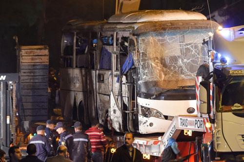 Xe chở đoàn 15 người Việt Nam bị đánh bom ở Ai Cập. Ảnh:AFP.