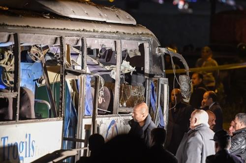 Xe buýt chở đoàn khách Việt Nam bị đánh bom ngay trước khi về nước. Ảnh: AFP.