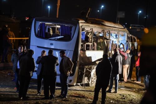 Hiện trường xe du lịch của Việt Nam bị trúng bom ở Ai Cập. Ảnh: AFP.