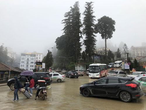 Rất nhiều xe khách, xe cá nhân đổ về thị trấn Sa Pa ngay từ ngày đầu kỳ nghỉ.