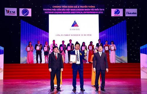 Ông Nguyễn Quang Thắng - Giám đốc Công ty TNHH lữ hành Quốc tế TichTour nhận giải thưởng.