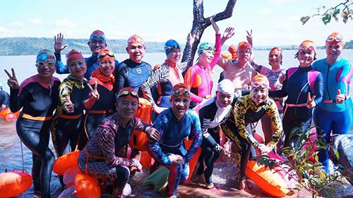 Một số thành viên tham gia hoạt động bơi phượt ở hồ Ayun Hạ, Gia Lai hồi tháng 11/2018. Ảnh: Tâm.