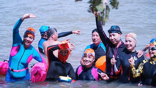 Các thành viên tham gia bơi phượt đều không ngại nguy hiểm. Ảnh: Tâm.