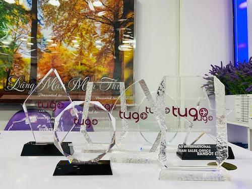 Kỷ niệm chương công nhận danh hiệu Diamond partner của đối tác cho Tugo. Ảnh: Tugo