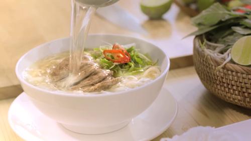 Vài lát ớt cùng lát chanh, cốm làm tăng thêm hương vị khó quên cho món ăn đậm chất Việt Nam.