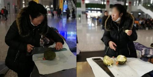 Nữ hành khách dùng cưa bổ sầu riêng và ăn hết tại sảnh nhà ga. Ảnh: Shanghaiist.