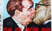 Bức vẽ hai người đàn ông hôn nhau gây hiểu nhầm trên Bức tường Berlin