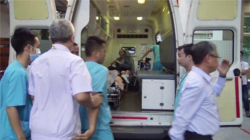 Du khách bị đánh bom ở Ai Cập về đến Việt Nam và được chuyển ngay đến bệnh viện để điều trị. Ảnh: Cẩm Anh.