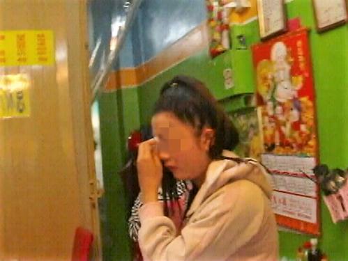 Côgái họ Nguyễn đã khóc nức nở khi bị đưa đến đồn cảnh sát ở Đài Loan. Ảnh: UDN.