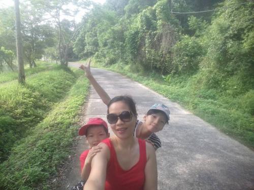Ba mẹ con chị Thoa chụp ảnh kỷ niệm trong chuyến đi đầu tiên cùng nhau. Ảnh: NVCC.
