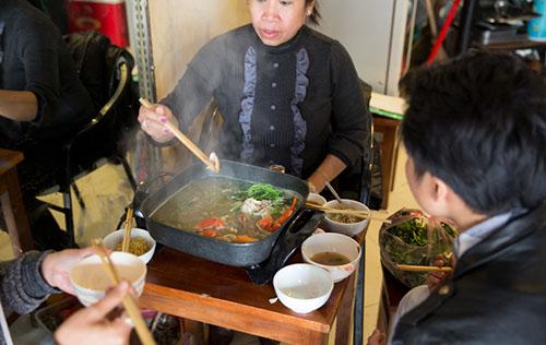 Tại Hà Nội, anh đã được chứng kiến sự hào phóng và mến khách của người dân nơi đây. Ảnh: Stickman Bangkok.