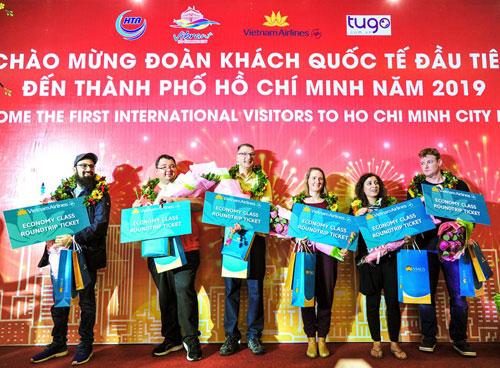 Buổi lễ đón khách đầu tiên đến thành phố Hồ Chí Minh năm 2019. Ảnh: SDL TP HCM.