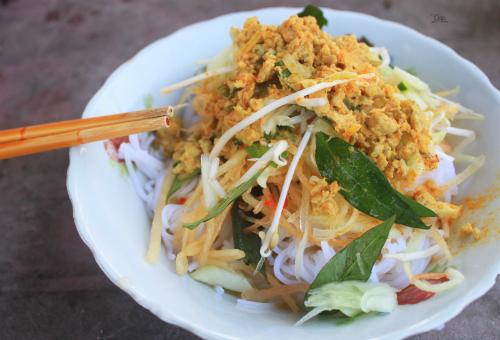 Bún kènMón ăn không mấy phổ biến ở các hàng quán và thường được người dân Kiên Giang nấutrong các bữa ăn hằng ngày. Dù vậy, du khách vẫn có thể tìm thưởng thức món ăn tại một số quán tại trung tâm thành phốRạch Giá. Thành phần làm nên món này rất đơn giản, gồm bún tươi, cá lóc đồng và các loại rau thơm. Thịt cá sau khi nấu chín và xay nhuyễn sẽ xào với sả, ớt, tỏi cho đến khi khô và tơi như ruốc. Tô bún thường được người bán bày rau thơm, bắp chuối, dưa leo, giá hoặc đu đủ bào sợi ở bên trên. Khách khi ăn có thể cho thêm chút nước mắm mặn hoặc ớt, chanh theo sở thích.Tô bún kèn có giá khoảng 20.000 đồng và thường được bán vào bữa sáng.