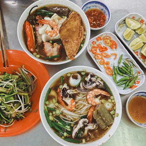Bún mắmBún mắm là đặc sản miền Tây Nam Bộ có xuất xứ từ Campuchia. Thay vì dùng mắm prohok (bồ hóc) của người Khmer, bún mắm ở Việt Nam được nấu bằng mắm cá linh hoặc cá sặt là hai loại cá phổ biến ở miền Tây.Nước dùng là yếu tố quan trọng nhất quyết định độ ngon của bún mắm: có màu nâu của mắm nhưng phải trong và thơm ngọt vị cá. Trước đây chỉ có mắm chan bún, sau này người bán thêm miếng tôm, cá, thịt cho đa khẩu vị. Món này ăn kèm với rau sống như rau muống chẻ ngọn, bắp chuối thái nhỏ, giá đỗ và rau diếp cá.