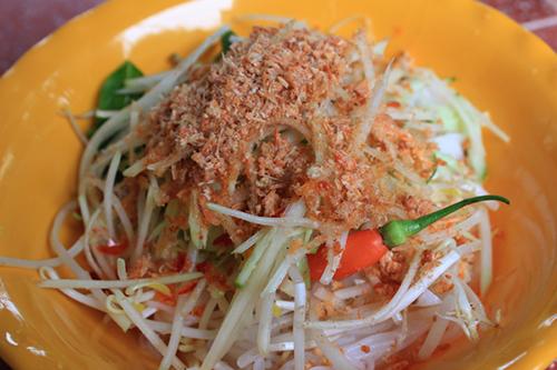 Bún nhâmBún nhâm có thể coi là đặc sản mà du khách không thể không thưởng thức khi đến Hà Tiên. Món ăn được chế biến từ các nguyên liệu đơn giản như bún tươi, gỏi đu đủ, tôm khô xay nhuyễn, giá và dưa leo. Bún nhâm sẽ mất ngon nếu thiéu đi chén nước chấm làm nên từ nước mắm và nước cốt dừa. Món ngon của Hà Tiên có vị mặn mòi của tôm khô, vị ngọt béo của nước cốt dừa, một chút cay và chất xơ từ các loại rau. Món này được bán khá phổ biến và có giá từ 20.000 đồng một tô. Ảnh: Hà Lâm.