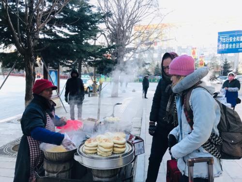 Dù mua trái cây, bó rau ven đường, bắp ngô ănlót dạ..., người Trung Quốc đều không cần đến tiền mặt.
