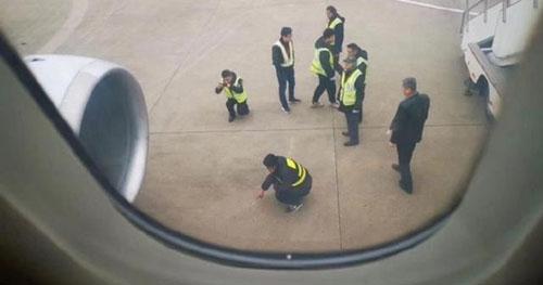 Máy bay đã chậm chuyến mất 2 tiếng vì một hành khách đã cố ném đồng xu vào động cơ máy bay. Ảnh: Shanghaiist.