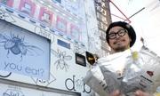Máy bán sâu bọ ăn liền giúp người chủ Nhật kiếm bộn tiền