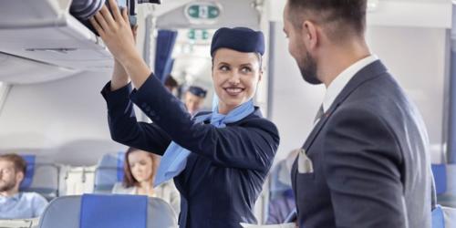 Một số hãng hàng không như Allegiant thậm chí cấm tiếp viên nhận tiền tip nếu khách gợi ý. Ảnh: Entrepreneur.