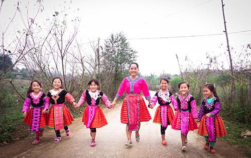 Huỳnh Kiên (giữa) đi chơi cùng các bé gái người Mông ở Mộc Châu.
