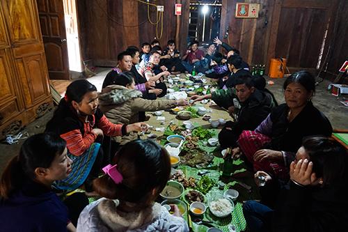 Các gia đình Mông tập trung đông đủ trong bữa cơm ngày Tết.