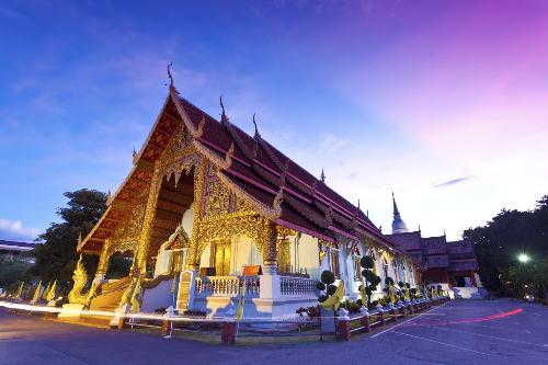 Đảnh lễ tại các ngôi chùa thiêng ở Thái Lan.