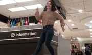 Cô gái Mỹ vui vẻ nhảy múa khắp sân bay dù trễ chuyến