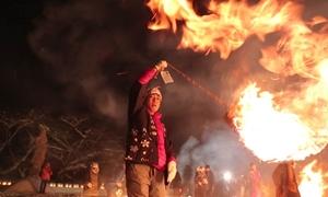 Tục múa lửa giữa trời tuyết mừng năm mới ở Nhật