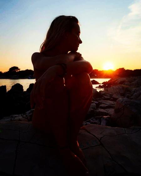 Diana đã đam mê chủ nghĩa tự nhiên từlần đầu tiên để ánh nắng tràn khắp cơ thể trần trụi của mình, cô yêu cảm giác từng ngọn gió lùa qua tóc, làn nước mát mơn man trên da thịt... Ảnh:Naturist Girl.
