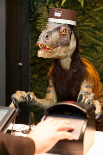 Một khách sạn Henn-na ở Nhật sử dụng lễ tân là robot khủng long. Ảnh: Mirror.