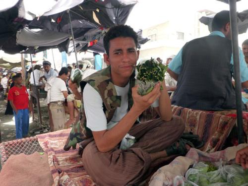 Chợ lá khát ở Yemen. Ảnh: Wandering Earl.