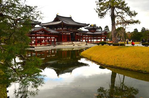 Lối kiến trúc với ngôi chùa bao quanh bởi hồ nước đã trở thành nền tảng cho nhiều công trình Phật giáo sau thời kỳ Heian. Ảnh: Hoài Nam.